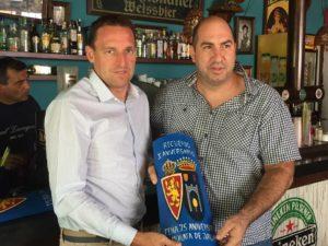 """Luis Carlos Cuartero recoge recuerdo de manos de Roberto Gonzalo, Presidente PZ """"75 Aniversario"""""""
